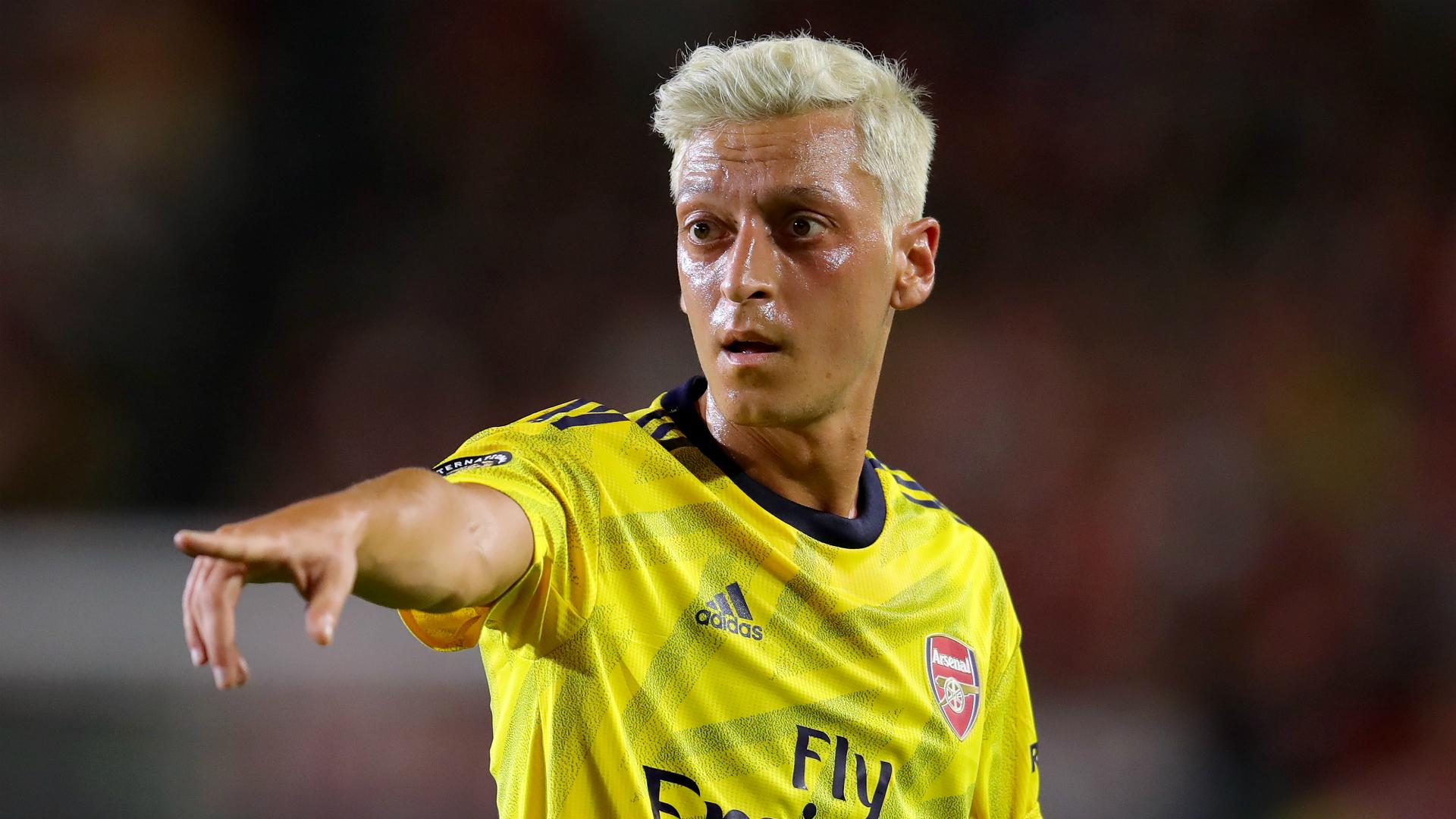 Ozil and Kolasinac return to Arsenal squad for Barcelona clash