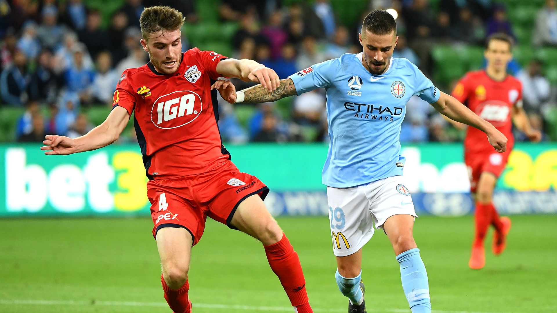 A-League Review: Maclaren rescues point on return, Wanderers ease past Mariners