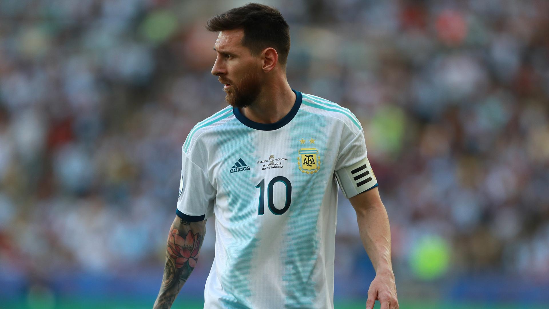 Scaloni backs Argentina 'flag-bearer' Messi