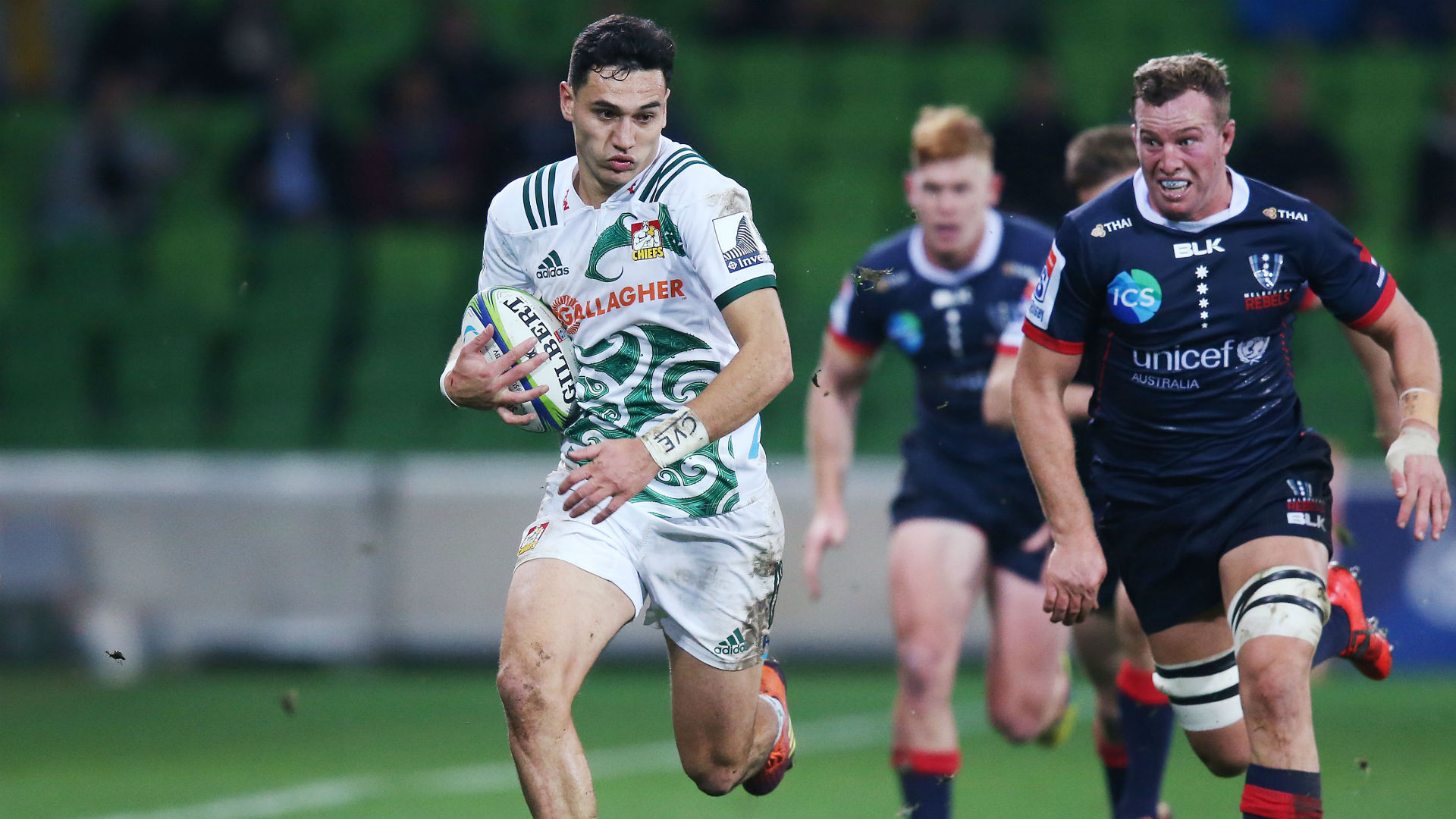 Chiefs charge into play-offs as Highlanders stay in contention