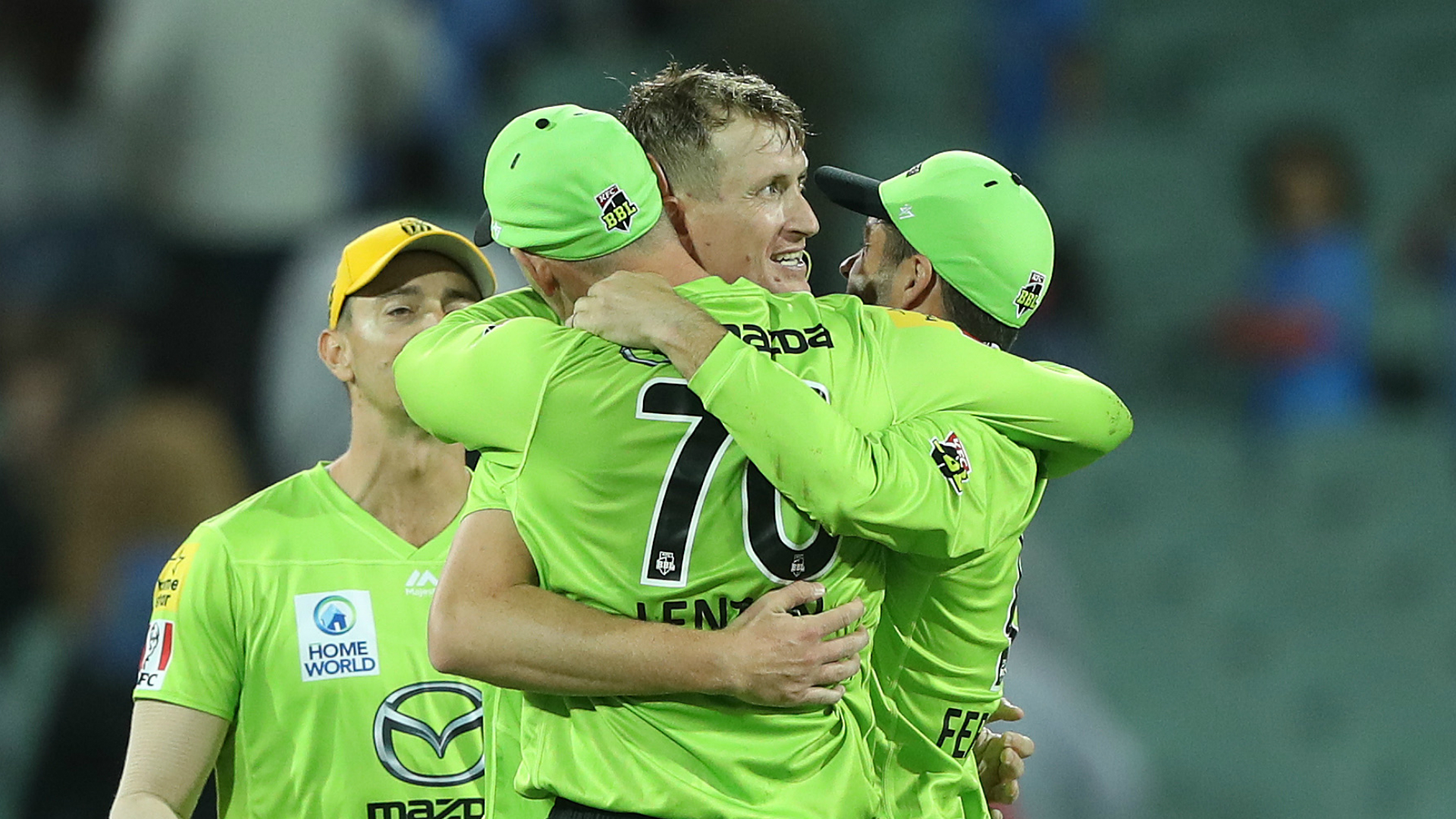 Strikers wilt as Thunder prevail under pressure to keep BBL dreams alive