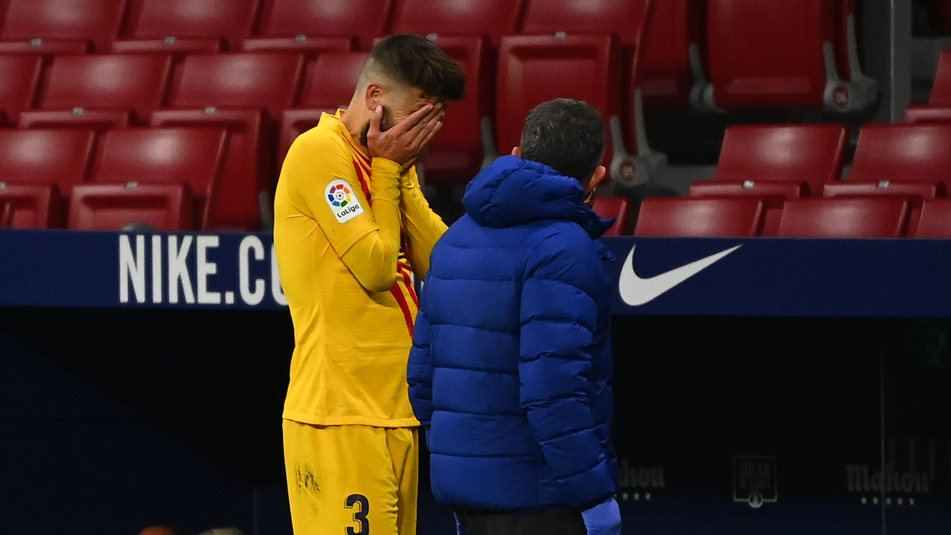 Pique suffers nasty knee injury in Atletico match