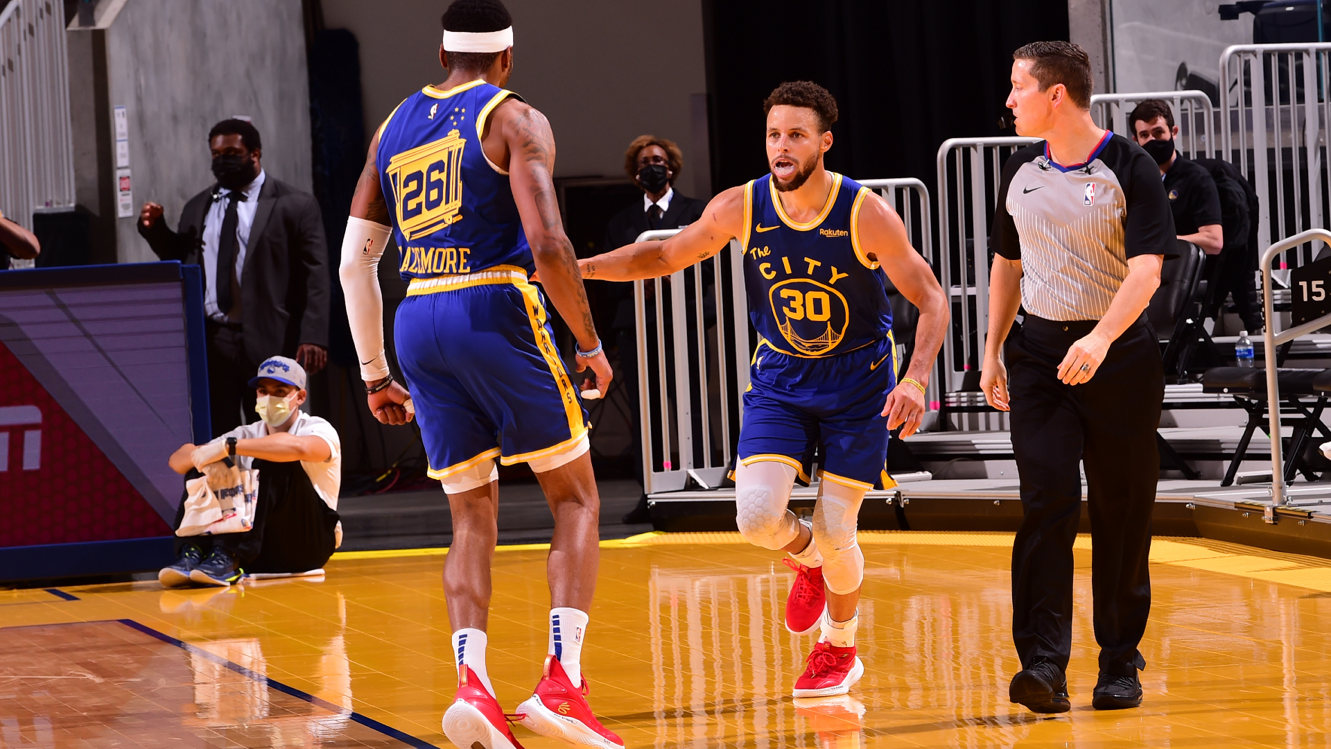 Curry shines as Warriors beat Clippers, Lakers bounce back