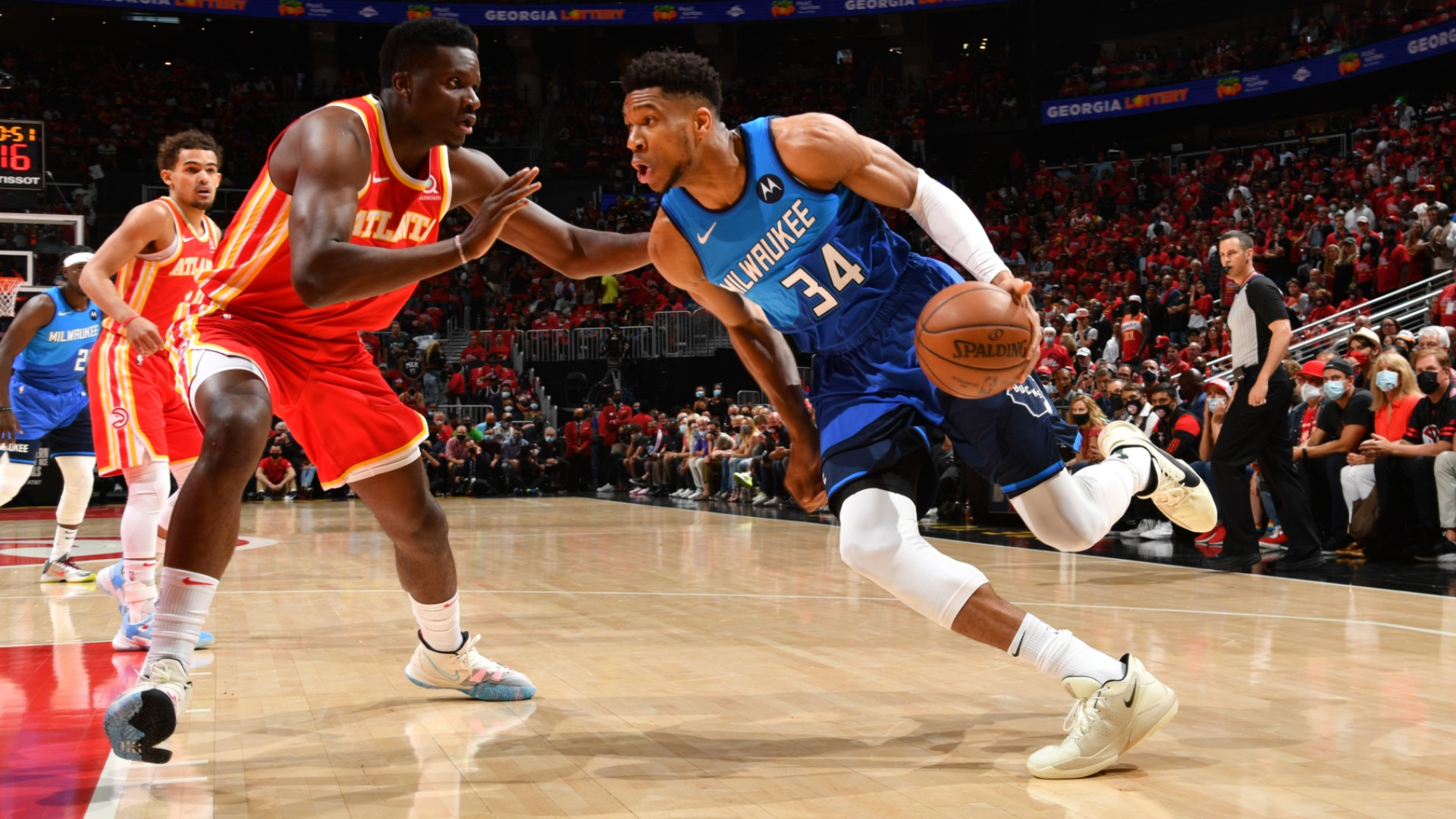Nba Playoffs 2021 Giannis And Middleton Take Down Young S Hawks As Bucks Seize 2 1 Lead Stadium Astro